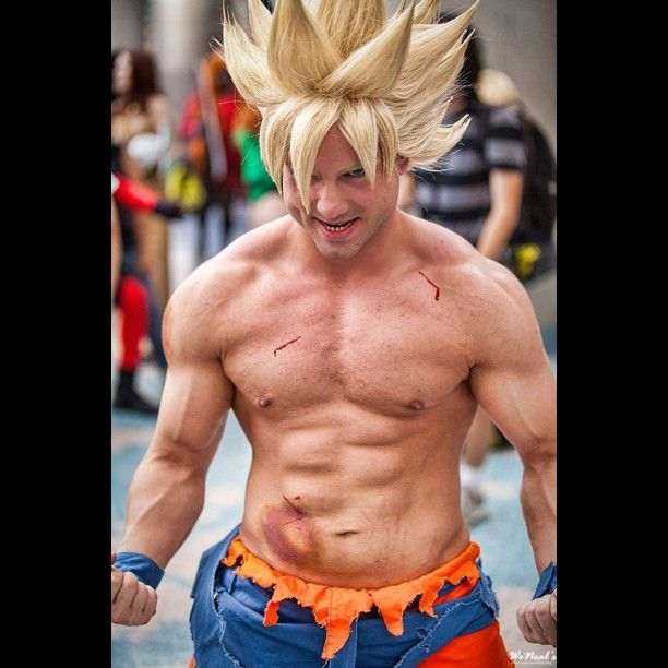 Goku (Dragon Ball Z) cosplay took a picture with him at Anime Expo
