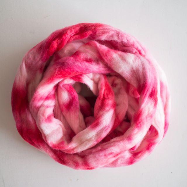 Ayer me puse a experimentar y teñi un poquito de lana merino... quedo mas que linda encuentro