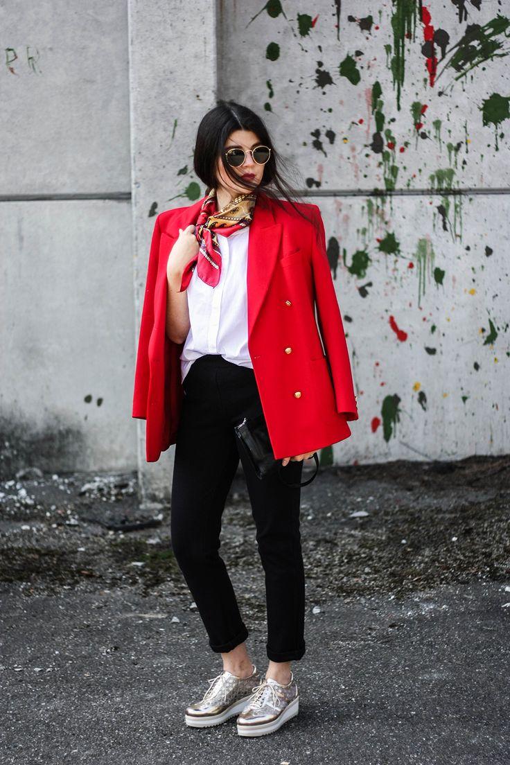 Fair Fashion, Öko Mode, ethische Kleidung, Slow Fashion, bewusster Konsum: Das sind große Begriffe mit denen nicht jeder sofort etwas anfangen kann. Genau deswegen sind wir aber hier, damit ich dir heute zeigen kann wie das aussehen könnte, mit dem guten Konsum. Ich nehme dich heute mit in meinen langsamer werdenen Kleiderschrank und übersetze diese Worthülsen einfach mal in einen Vreni-Style. Fair, öko, ethisch, slow, … hä, was? All diese Begriffe bedeuten nicht das Gleiche und doch fallen…