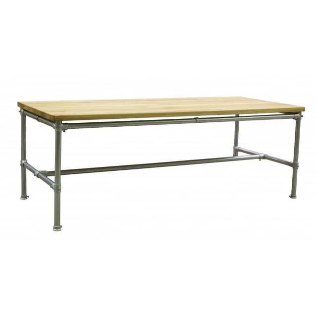 Dieser Tisch rockt und das auf einer Länge von 180 cm. Das Untergestell von Kopenhagen ist eine Konstruktion aus starken Traversen, die symmetrisch miteinander verbunden sind und so einiges tragen können. Kraftvoll ist eine Tischplatte aus geöltem Eichenholzfurnier aufgesetzt, die über dem Tischgestell zu schweben scheint. Ein Arbeits- und Esstisch in einem mit viel Platz im Industrial Design und technischen Finessen.Kopenhagen, ein Treffpunkt für die Familie, Freunde und Gäste aus…