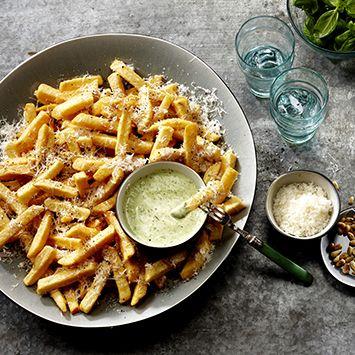 Dit friet recept is écht lekker en zó makkelijk! Staat gezellig op een groot bord op tafel met in het midden een bakje pestodip.