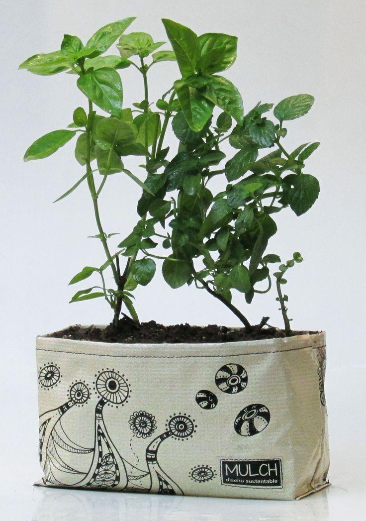 Maceta jardinera, realizada en lona vinilica reutilizada de carteles de publicidad y banners. Con ilustraciones en serigrafia. Listas para plantar con orificios de drenaje o para usar como porta maceta.