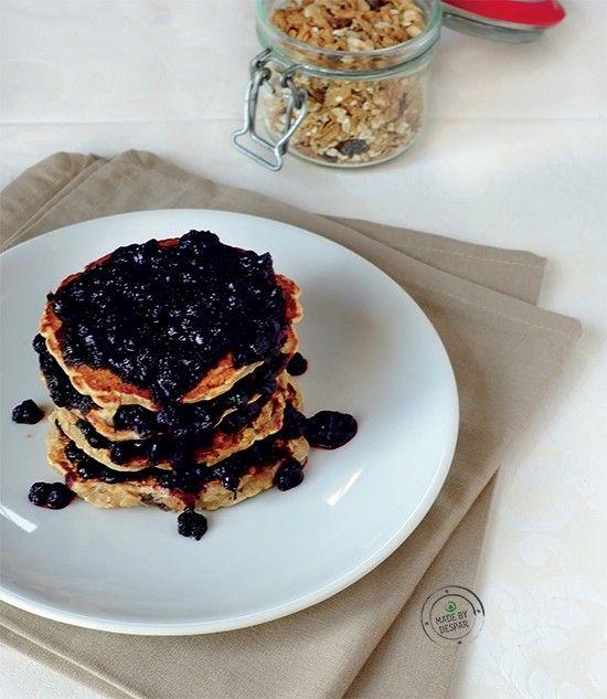 Pancakes al muesli di farro con uvetta e composta di mirtilli | casadivita.despar.it