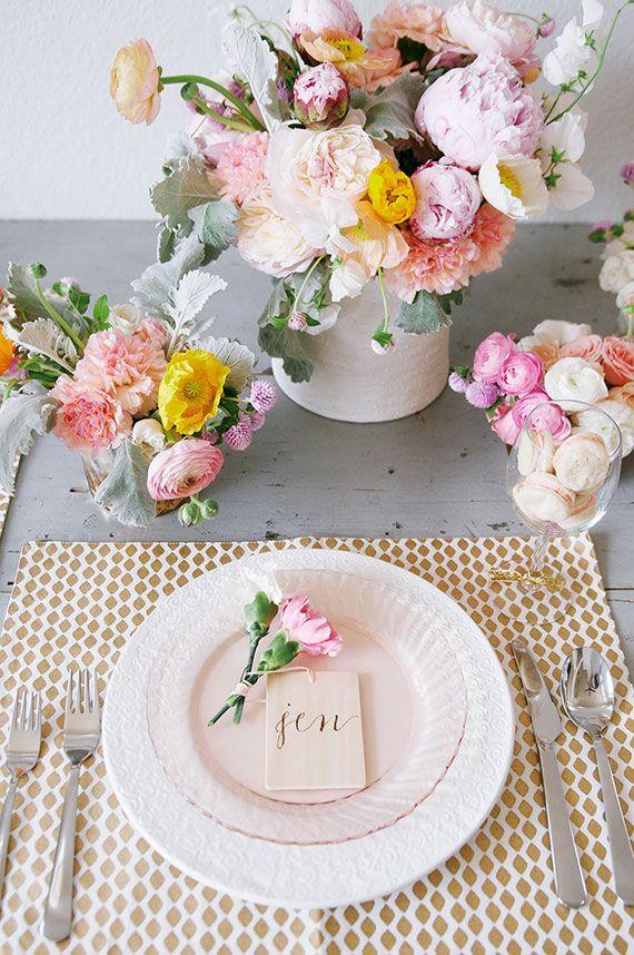 パステルカラー のウェディングテーブル デコレーション。春と夏ウェディングにピッタリだね | Photo by SallyMae Photography | 100 Layer Cake