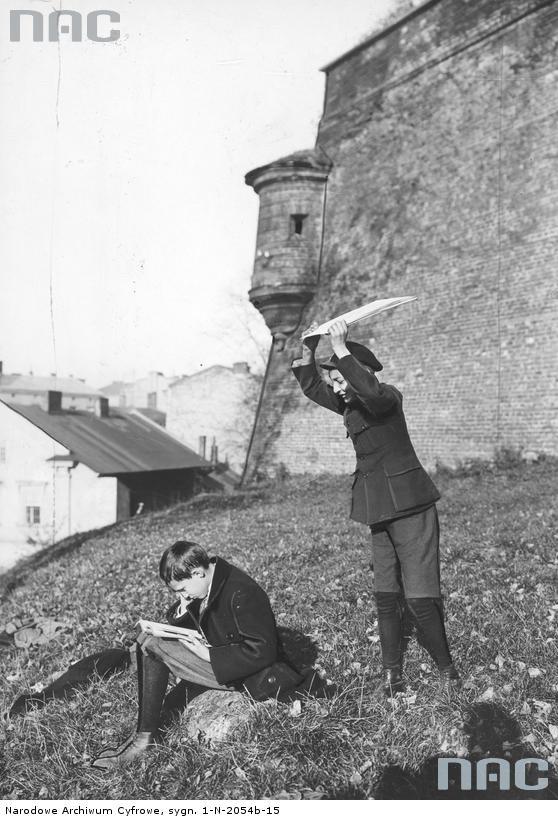 chłopcy podczas zabawy , 1928