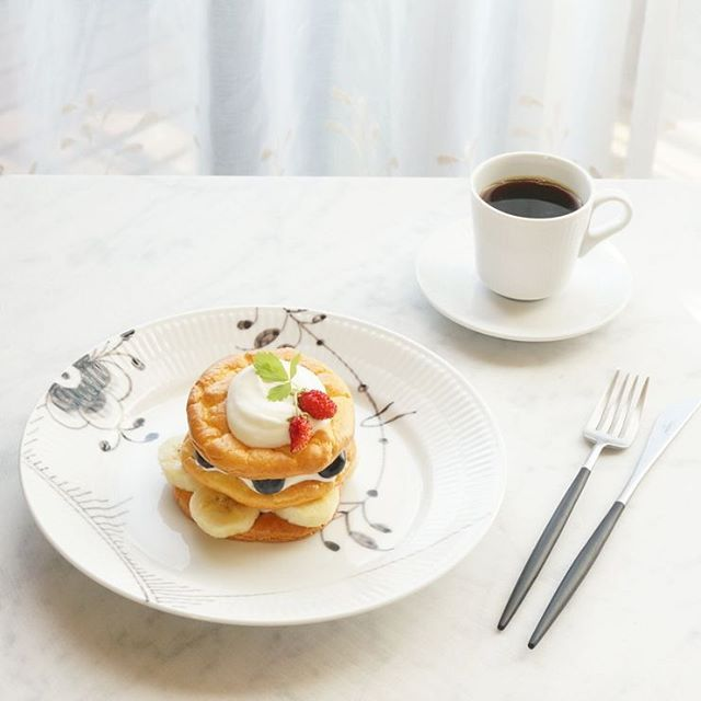 Cloud bread with fruits and whipped cream for breakfast.  グルテンフリーのパン、クラウドブレッドでフルーツパンケーキ風に #朝ごはん #吉川文子  #cloudbread #royalcopenhagen