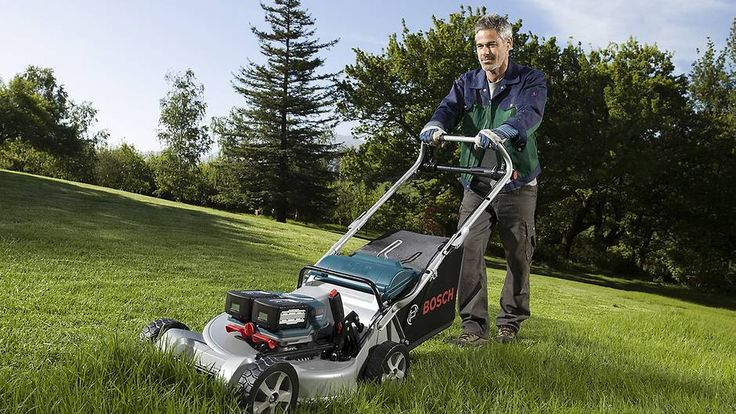 Tomotors. De nye gressklipperne ser til forveksling ut som bensinmaskiner, men det er ingen motor vi ser. Det er batterier. De har to motorer. En for fremdriften og en for å drive kniven. Har man to fulle batterier kan man klippe i mellom en eller to timer før det er på tide å lade. Foto: Bosch