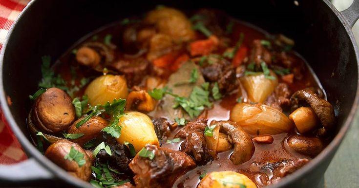 Burgundin pata on herkullinen, ranskalainen lihapata. Punaviini, pekoni, valkosipuli ja sienet antavat lihapadalle makua!