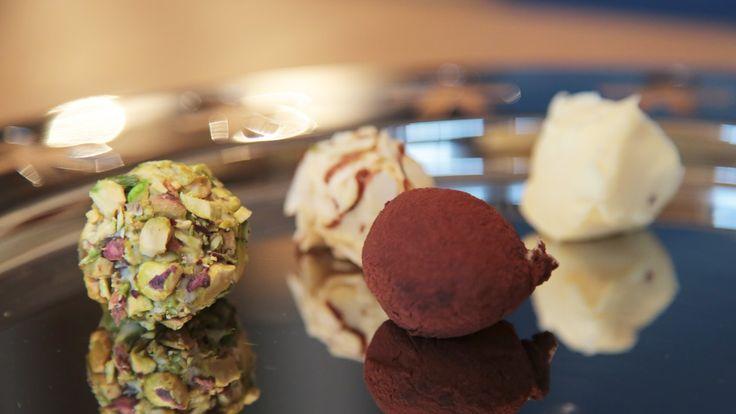 Hvit sjokolade, kremfløte og smør blir til vakker konfekt når du former massen til kuler.