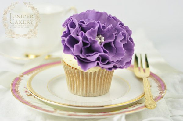 Fondant Cake Design Rosemount Aberdeen : 17 Best ideas about Fondant Flower Cake on Pinterest ...
