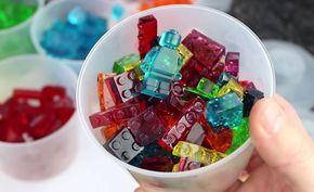 Suikersiroop, water, gelatine en een paar mallen voor ijsblokjes in de vorm van LEGO-blokjes: alles wat je nodig hebt om snoep in de vorm van LEGO te maken.