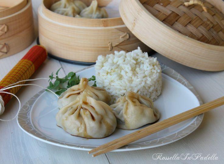 ravioli al vapore con verdure e gamberi. Piatto ricco di verdure, leggero e dal sapore orientale, grazie alla soia. ottimi da accompagnare con riso.