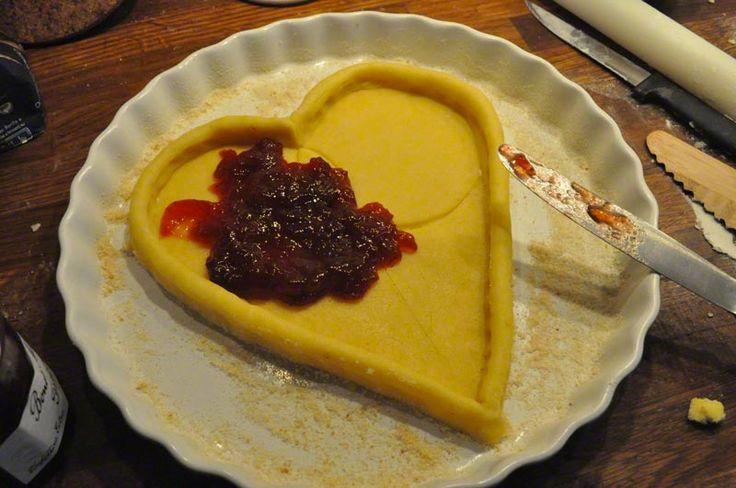 CROSTATA A FORMA DI CUORE Crostata a forma di cuore con  marmellata di fragole.
