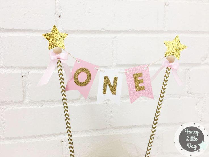 Cake Topper ONE, Fanions : rose, blanc et doré, Drapeaux premier anniversaire chevron or, Décoration de gâteau étoile, Articles de fête rose par FancyLittleDay sur Etsy https://www.etsy.com/ca-fr/listing/541778815/cake-topper-one-fanions-rose-blanc-et
