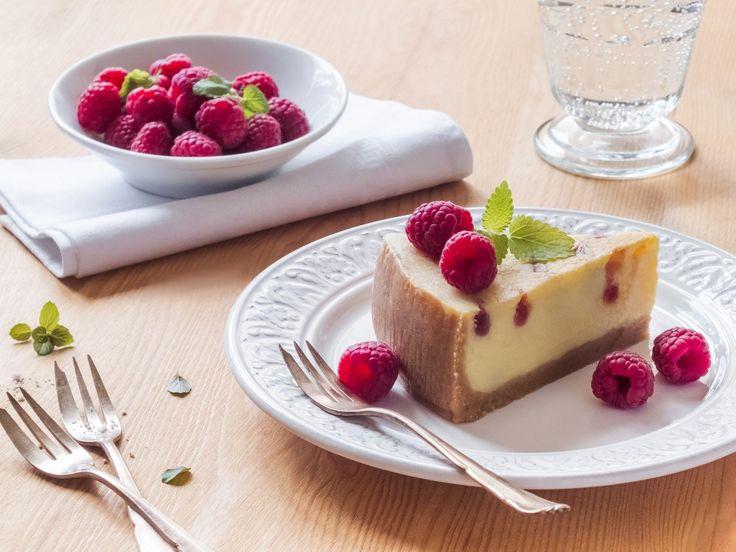 I tak malé množství jako je mistička ovoce, stačí na sladké pohoštění. Jen rozvaříte hrstku malin na pyré a pak s ním můžete malovat i na dort, třeba na náš z bílé čokolády.