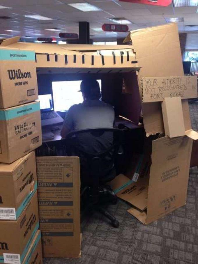 Construir una fortaleza con cartones en la oficina. Más en http://www.lasfotosmasgraciosas.com