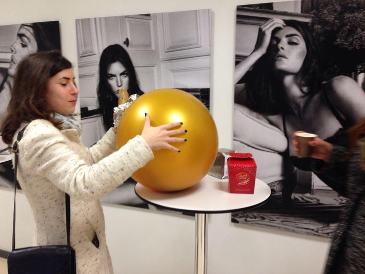 Esconder las galletas/CV dentro de esferas de colores: la gente de la Ofi se pregunta '¿Qué es eso?'. Comienzan las sonrisas, la curiosidad...