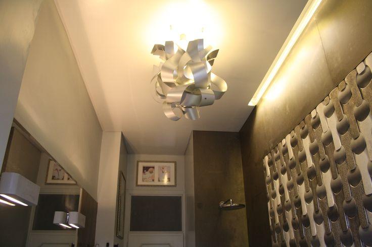Contorsione  La scultura luminosa è da posizionare a soffitto; misura circa 70 cm. di diametro ed è realizzata in lastre di alluminio anodizzato. http://www.ruotaaffari.com/andrea-olivazzo-sculture-luminose/#more-1794