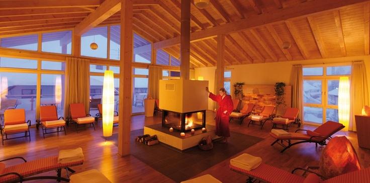 Ruheraum mit Kamin, kuscheliger Wellnessurlaub im Hotel Alpenblick Höchenschwand.