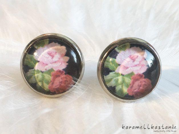 Diese wunderschönen Ohrstecker zeigen eine rosa und eine rote Rose auf dunkelblauem Hintergrund.  Durchmesser Cabochon inkl. Fassung: ca. 1,5 cm  Fassung: silberfarben  (Disclaimer: Manchmal...