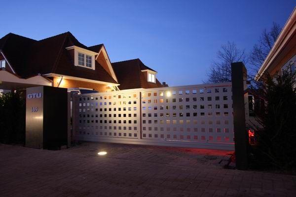 Luxury Schiebetor aus feuerverzinktem und lackiertem Stahl und Aluminium Lochblechen gates Tore Pinterest Gates