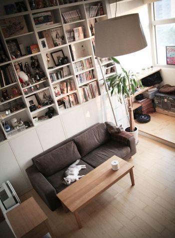 無印良品のシンプルソファなら、どんなお部屋にもマッチしてくれて、居心地抜群♪ 猫ちゃんだってこの通り… 木目を生かした素朴なテーブルとブラウンのソファの組み合わせが、とても合いますね!