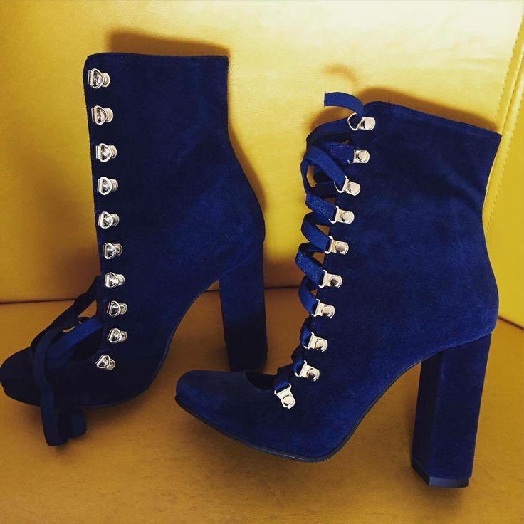 #ballerina #highheels #rosettishowroom #the5thelementbags #streetstyle #blue #velvet #boots