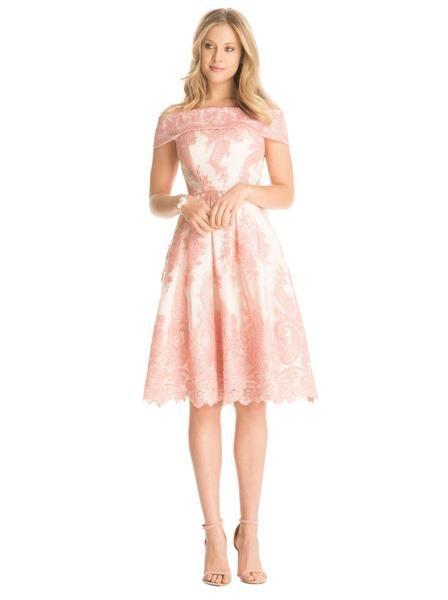 Precioso vestido blanco en encaje rosado.