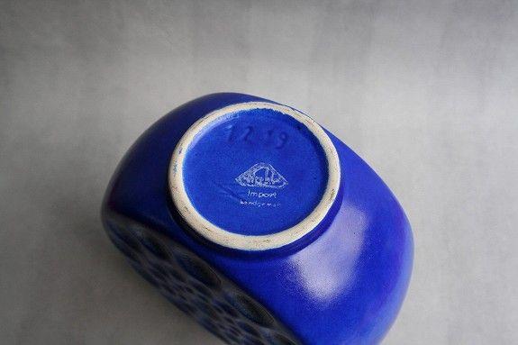 Blå vase i stengods, utydelig stempel 90,-