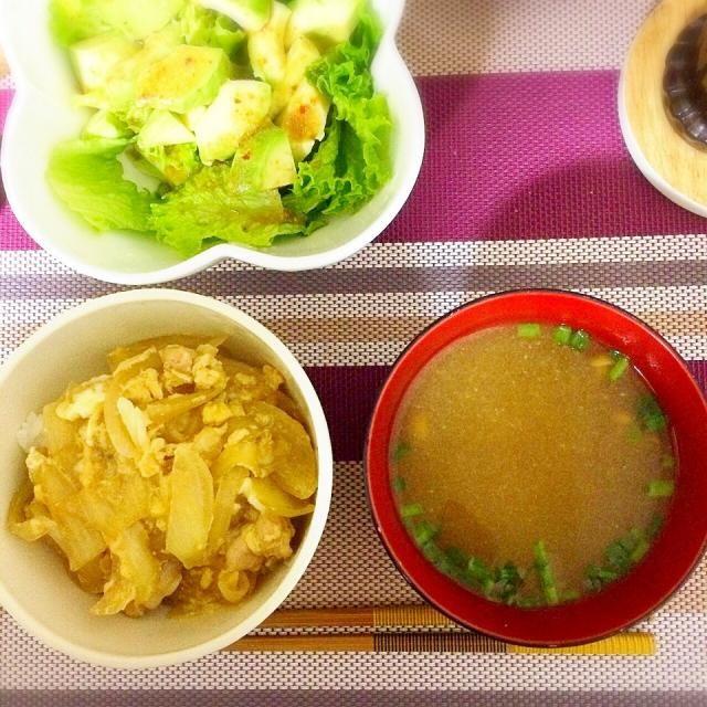 めんつゆで簡単親子丼( ◜◡◝ ) アボカドサラダも( ◜◡◝ ) - 8件のもぐもぐ - 親子丼となめこの味噌汁 by miuyuwi