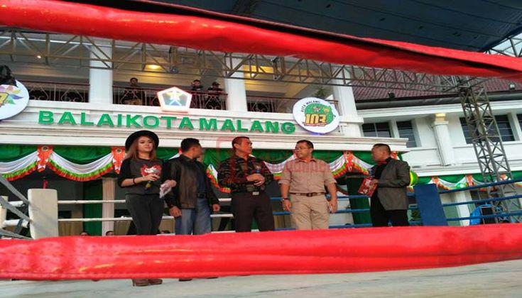 Wali Kota Resmi Buka Pagelaran MSF dan Radio Show - Pagelaran Malang Super Fight (MSF) yang menyajikan beberapa pertandingan tinju resmi dibuka oleh Wali Kota Malang, HM Anton sore ini,(24/4)  - https://satuchannel.com/wali-kota-resmi-buka-pagelaran-msf-dan-radio-show/