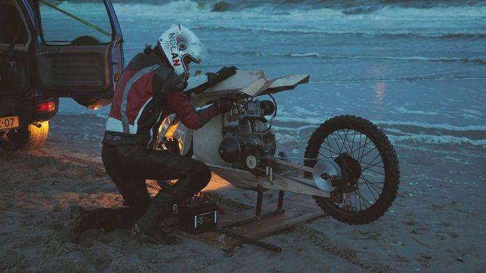 Una increíble motocicleta de madera que funciona con combustible proveniente de algas