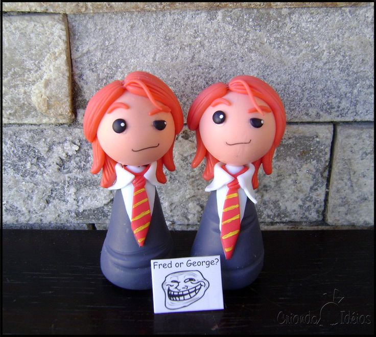 Os famosos  gêmeos Weasley personagens da saga Harry Potter, em versão chibi (estilo infantil simplificado), ideal para lembrancinhas =)  Eles podem vir acompanhados ou não de base de acrílico, à escolha do cliente.  OBS: A peça tem 10cm. Se o cliente desejar que seja feito para lembrancinhas...