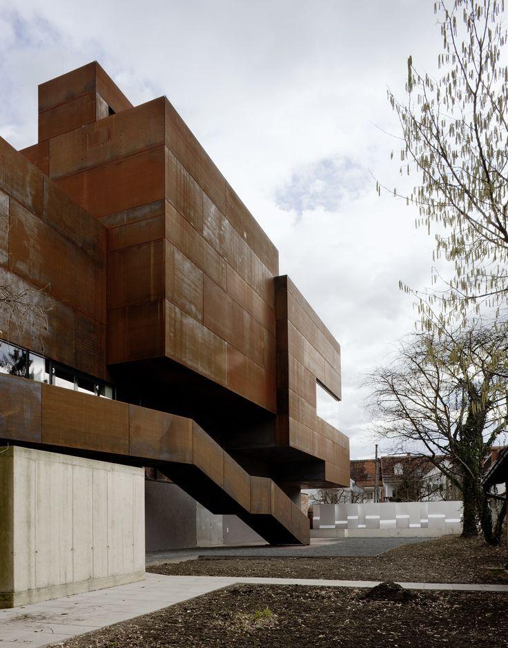 Construído na 2009 na Bad Radkersburg, Áustria. Imagens do Paul Ott. Além dos tópicos em relação à produção de energia e tecnologia, o uso de estruturas existentes é um dos tópicos mais essenciais na arquitetura...