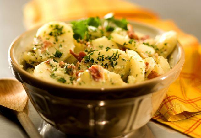 Misafirlerinizin severek yiyeceği patates salatası tarifimize göz atalım.