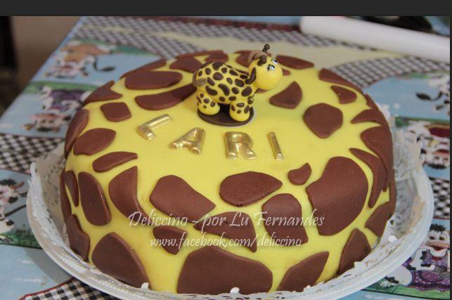 Bolo 3Kg em pasta americana, tema Girafinha, feito em Outubro de 2014. O enfeite de girafa é feito em Biscuit.