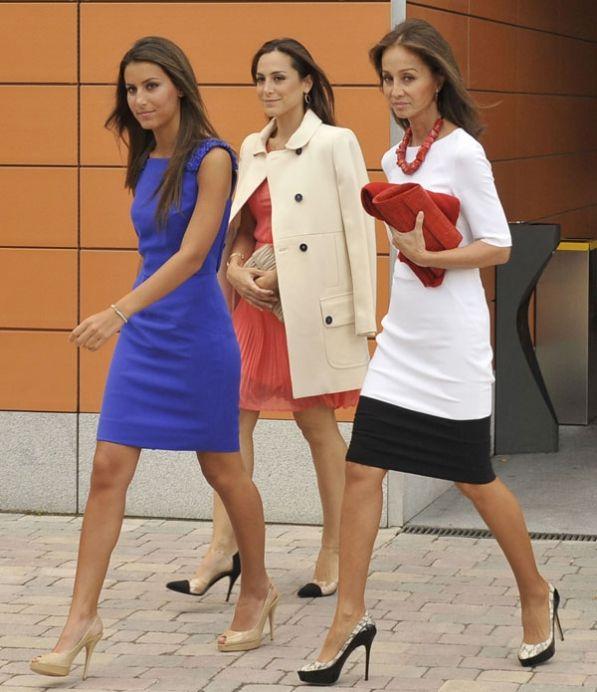 Ana Boyer, de 24 años; su hermana Tamara, de 31; e Isabel Preysler, de 62, el trío más famoso de esta jornada de graduación universitaria en la Universidad de Comillas.