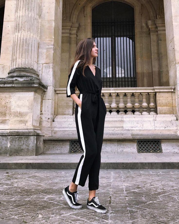 Look monocromático, pantalón negro con línea blanca y camisa negra con línea blanca. Tenis negros con blanco. Look cómodo. Look casual.