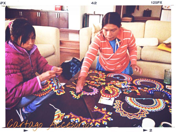 Os presentamos a Yuralba, la gran artista de estos collares maravillosos.