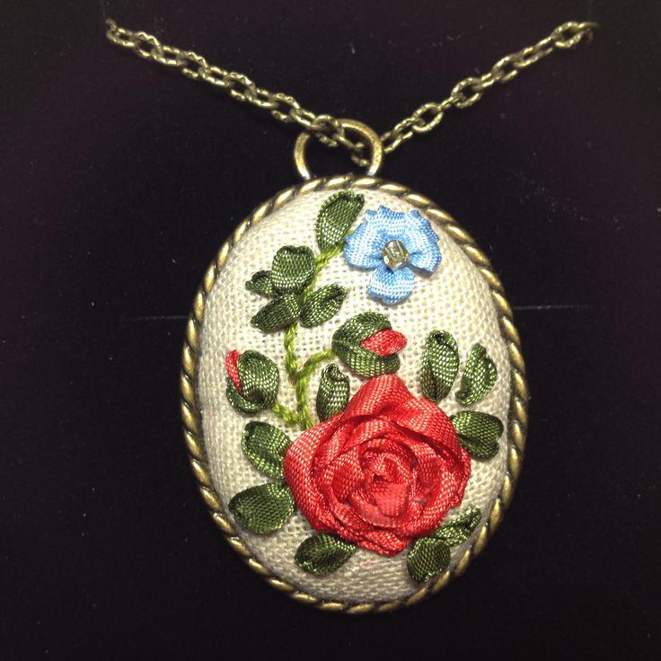 Camafeo bronce antiguo, confeccionado con un delicado bordado de cintas de seda. Hecho a mano. Materiales de primera calidad, tela de lino, cintas de seda, cadena de bronce. Medidas aprox. 4 cm x 3.5 cm. 20,00 € Disponible - See more at: http://www.telasytentaciones.com/es/inicio/nuestro-rincon-artesanal/camafeos/5-camafeo-floral#sthash.zTp8LI86.dpuf