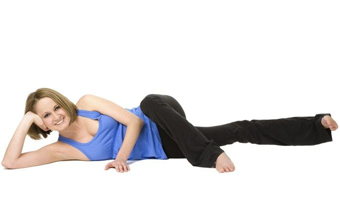 Übung 6: Oberschenkel-Drücker - Oberschenkel in Bestform! So gelingt euch das Abnehmen an den Beinen - Diese Übung ist das Gegenstück zu Übung 5. Damit trainiert ihr die Innenseite der Oberschenkel. So geht's: Legt euch auf die rechte Seite. Der Kopf wird vom rechten Arm gestützt...