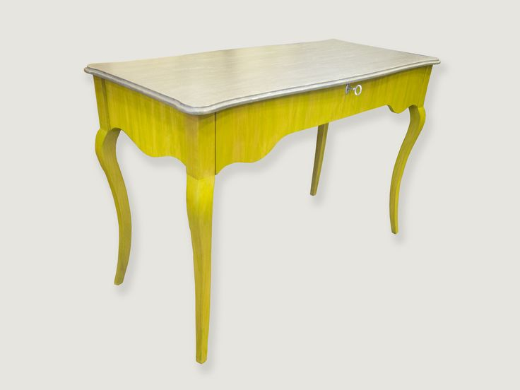 Mesa de despacho, con un cajon, patas isabelinas, pintada en verde lima y tapa en pan de plata y gris. Mueble exclusivo.