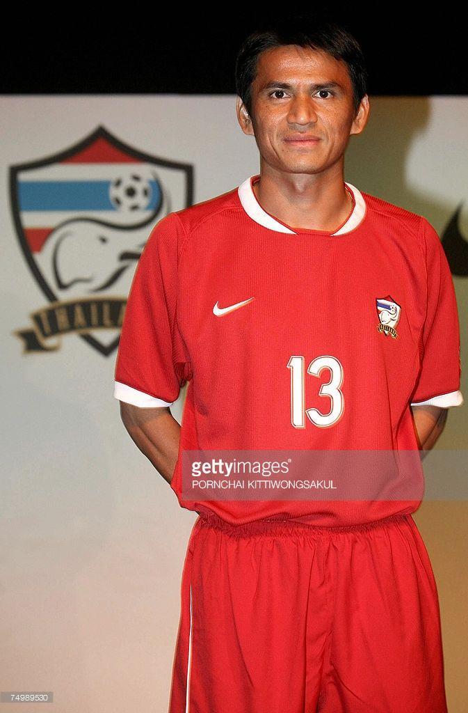 bangkok-thailand-thai-football-player-kiatisuk-senamuang-wears-the-picture-id74989530 (673×1024)