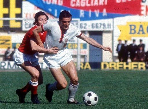 Gigi Riva, in azione in Cagliari-Bari 2-1, il giorno dello scudetto (12-4-70)