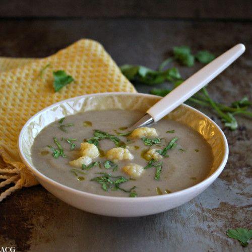 Krydret og eksotisk marokkansk blomkålsuppe som minner svært lite om klassisk blomkålsuppe. Av og til er det akkurat det man trenger: krydder i tilværelsen