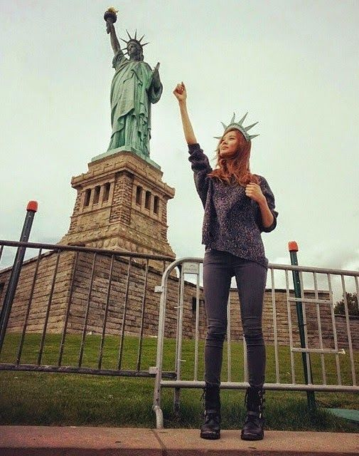 Seohyun poses with the Statue of Liberty