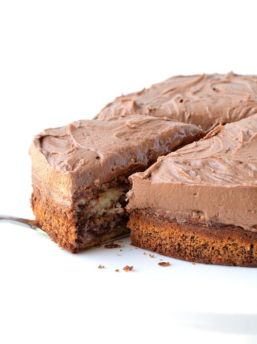 Easy Marble Cake with creamy chocolate frosting. www.sweetestmenu.com #sweets #cake #desserts #chocolate #food #chocolate #instafollow #yummy