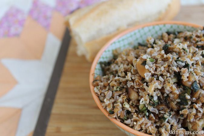 Italian Bulgur Pilaf with Toasted Pine Nuts is chewy, has a hearty texture, a nutty flavor, and a whole lot of fiber! And it's so YUM! #bulgar #pilaf #recipe
