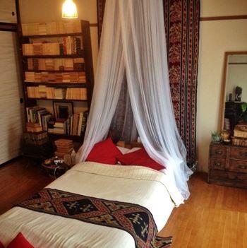 アジアンMIX。ベッドの低さを生かして天蓋やファブリックを垂らしています。ベッドランナーにもアジアン柄ファブリックを渡して、さらにエスニックな印象に。