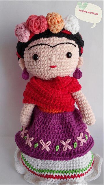 Patrón para hacer una muñeca de Frida Kahlo a crochet, disponible en archivo pdf en inglés y en español. Explicada paso a paso incluyendo fotos de excelente calidad.